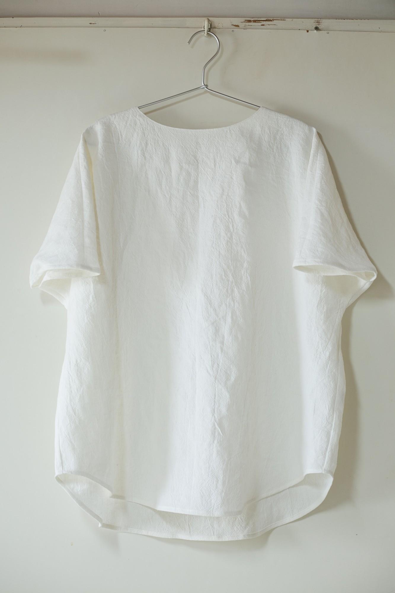 3人展で発表する作品はモノトーンが基調。春が待ち遠しい服が並びそう。