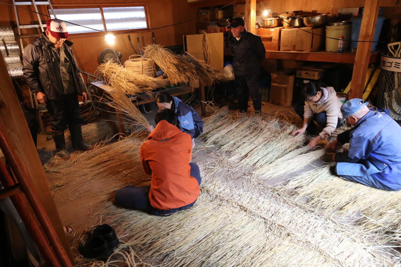 第4回は、トバ編み。秋雨が降る寒い日に小屋で、前回刈り取った稲藁を使って、ムシロを作りました。これが道楽人形のボディになります。