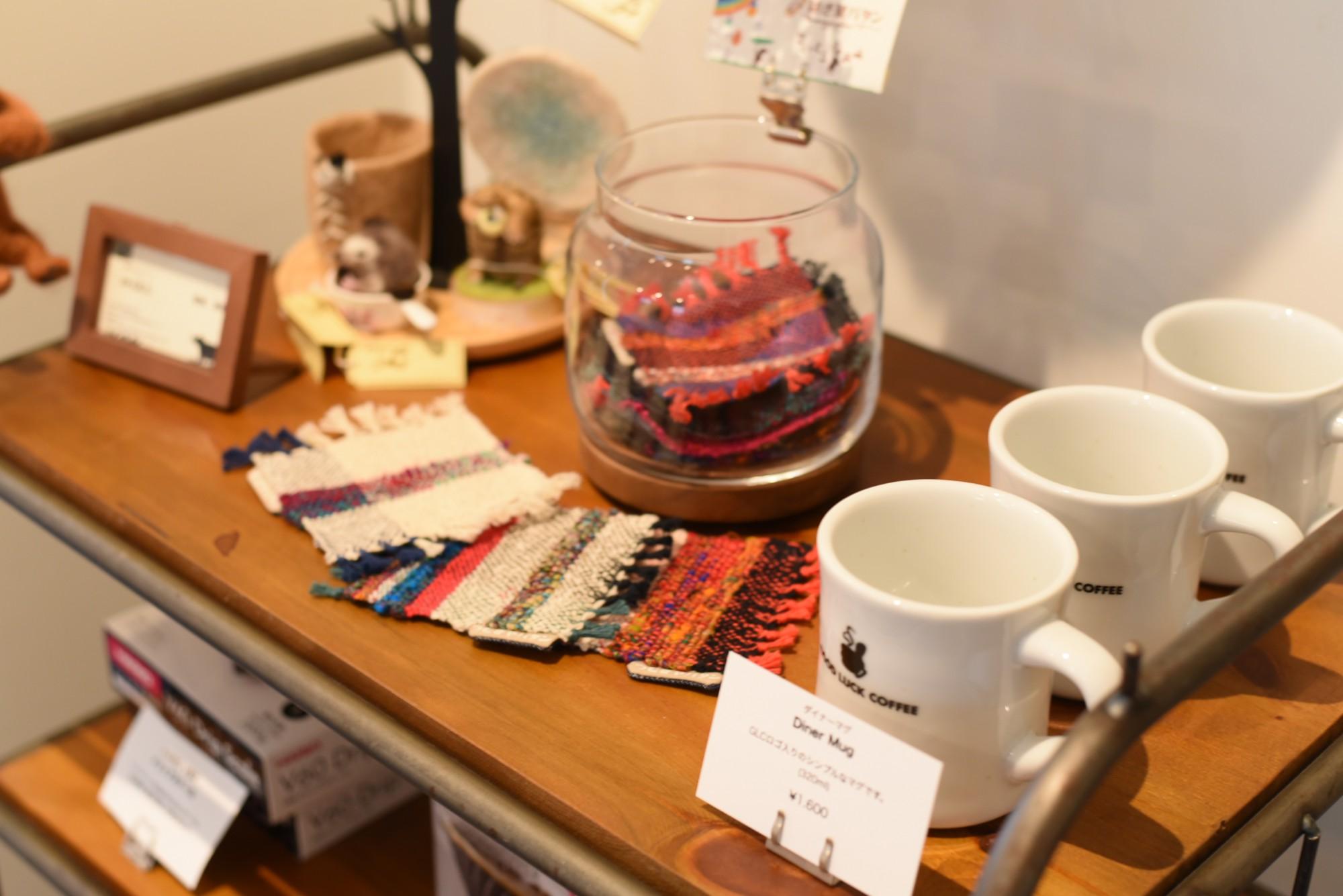 店のオリジナルグッズは続々と増えている。縁でつながった長岡市在住作家の小物も販売するようになった。