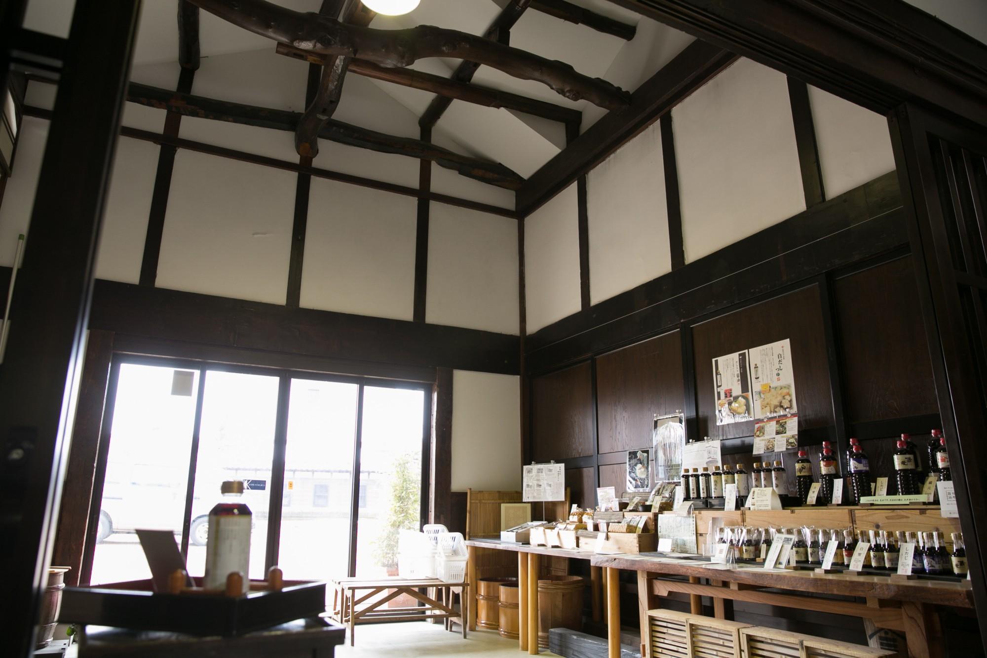 農林大臣賞や各種品評会で受賞した「こいくちしょうゆ 蔵元」「うすくちしょうゆ 白雪」など、特徴ある商品が並ぶ展示スペース。この建物は江戸時代末期に建てられたそうです。