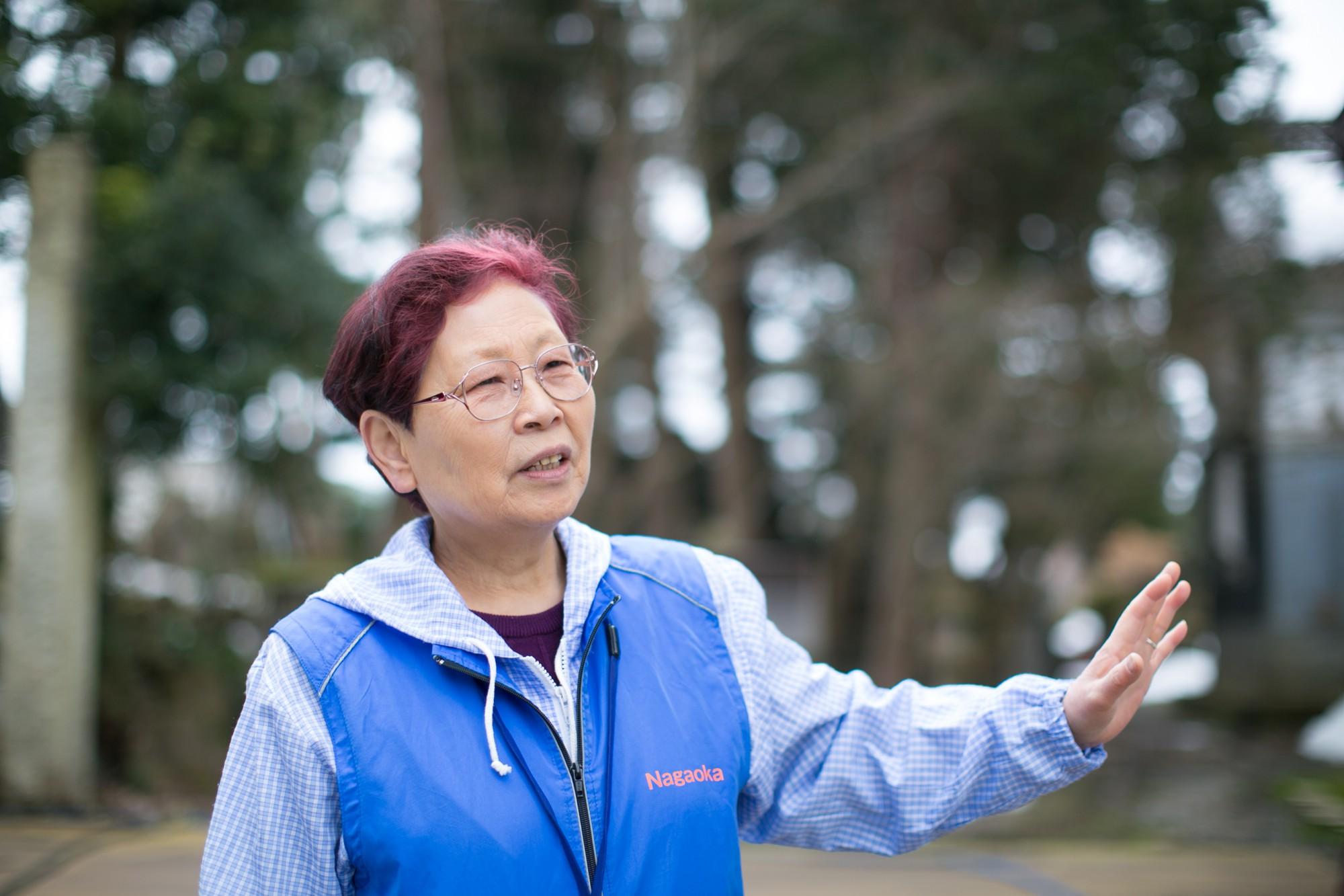 ここが地元という、「長岡観光ボランティアガイドの会」の服部紗智さん。臨場感たっぷりの説明に耳を傾けながら町を歩くと、歴史や文化への理解が深まり、摂田屋がぐんと身近に。