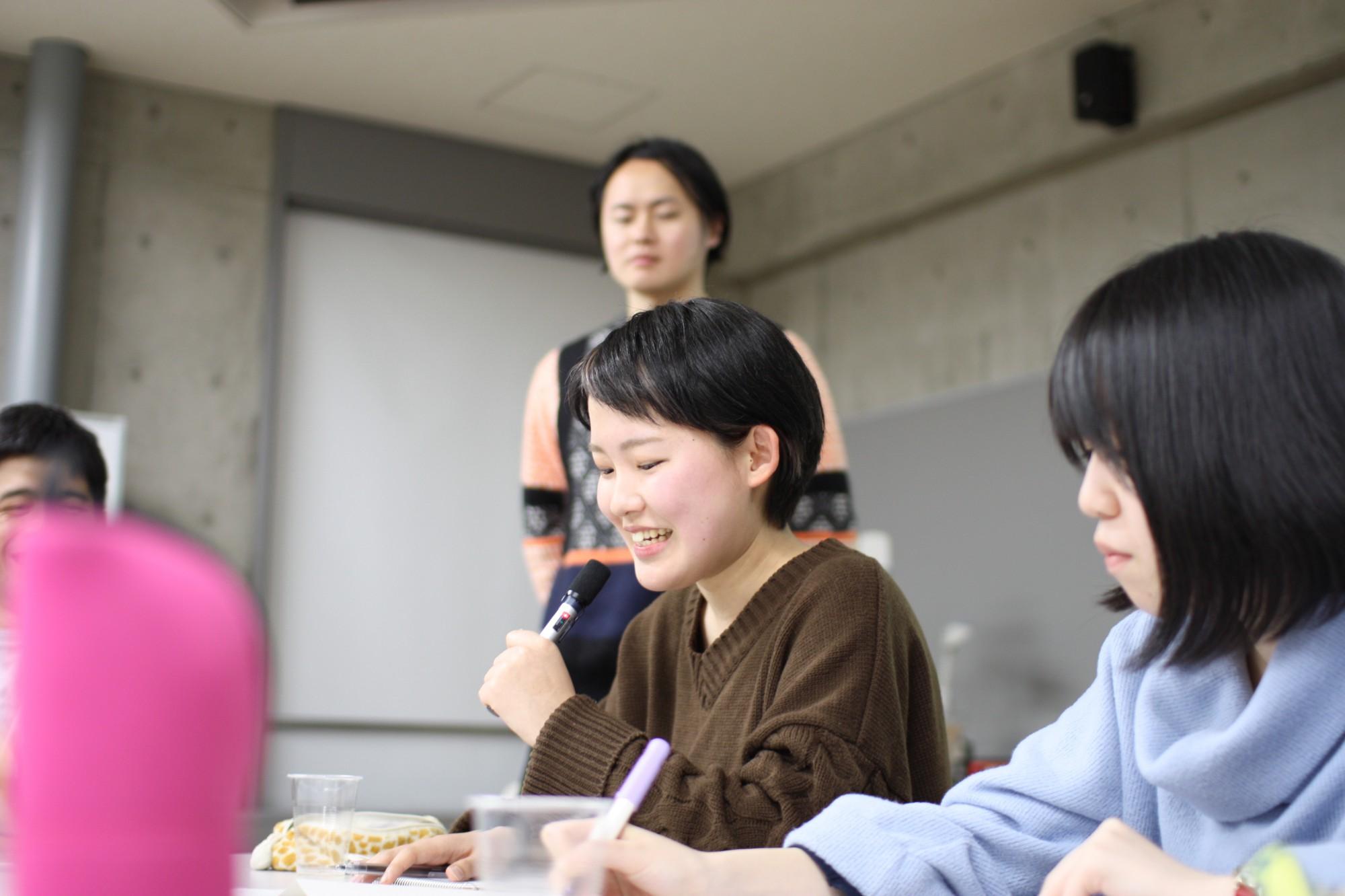 「今から、ホワイトボードに長岡市の形を描いてみてください」と描き手を指名。