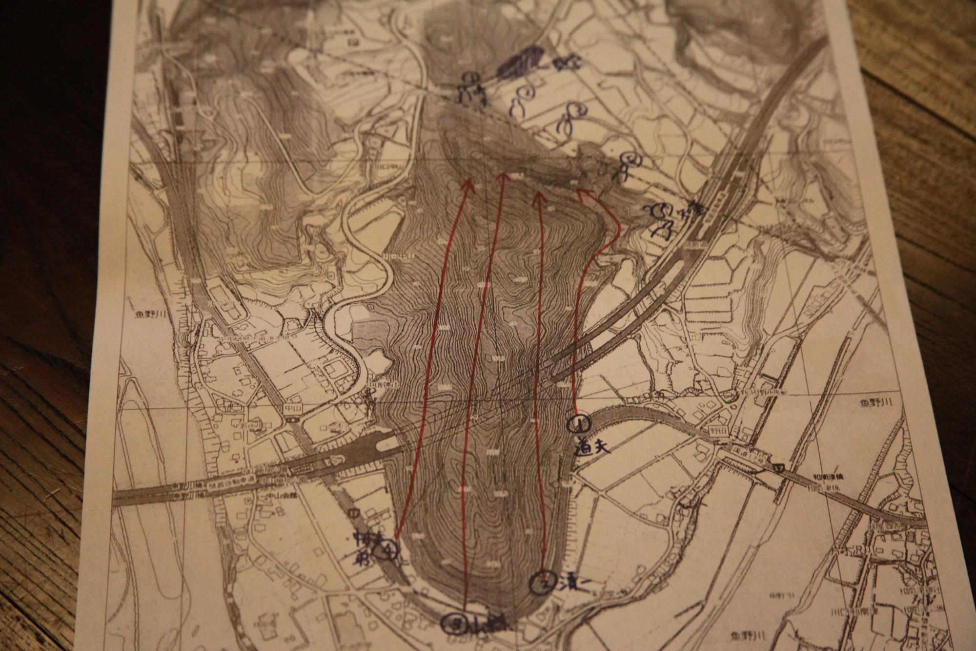 等高線が描かれた地図。4つのルートから獲物を「巻く」ように追込み、4点が合流する谷で仕留める作戦。