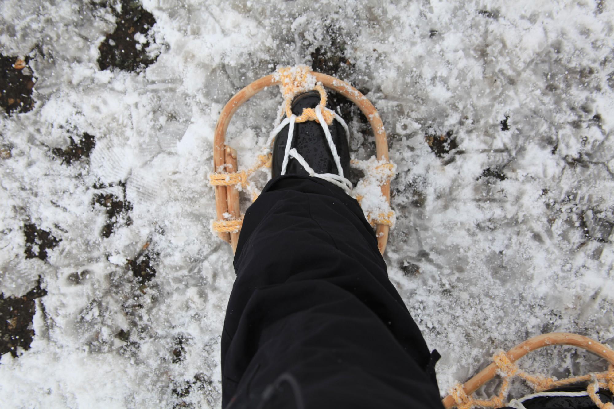 雪山の必須装備、かんじきをもちろん装着。