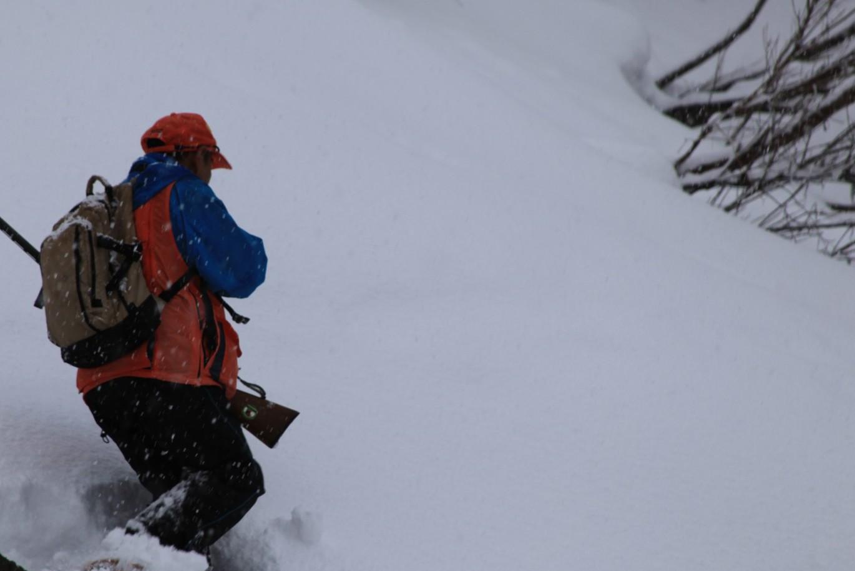 急な斜面を突っ切る清一さん。信じられないスピードで獲物へのラッシュをかける。
