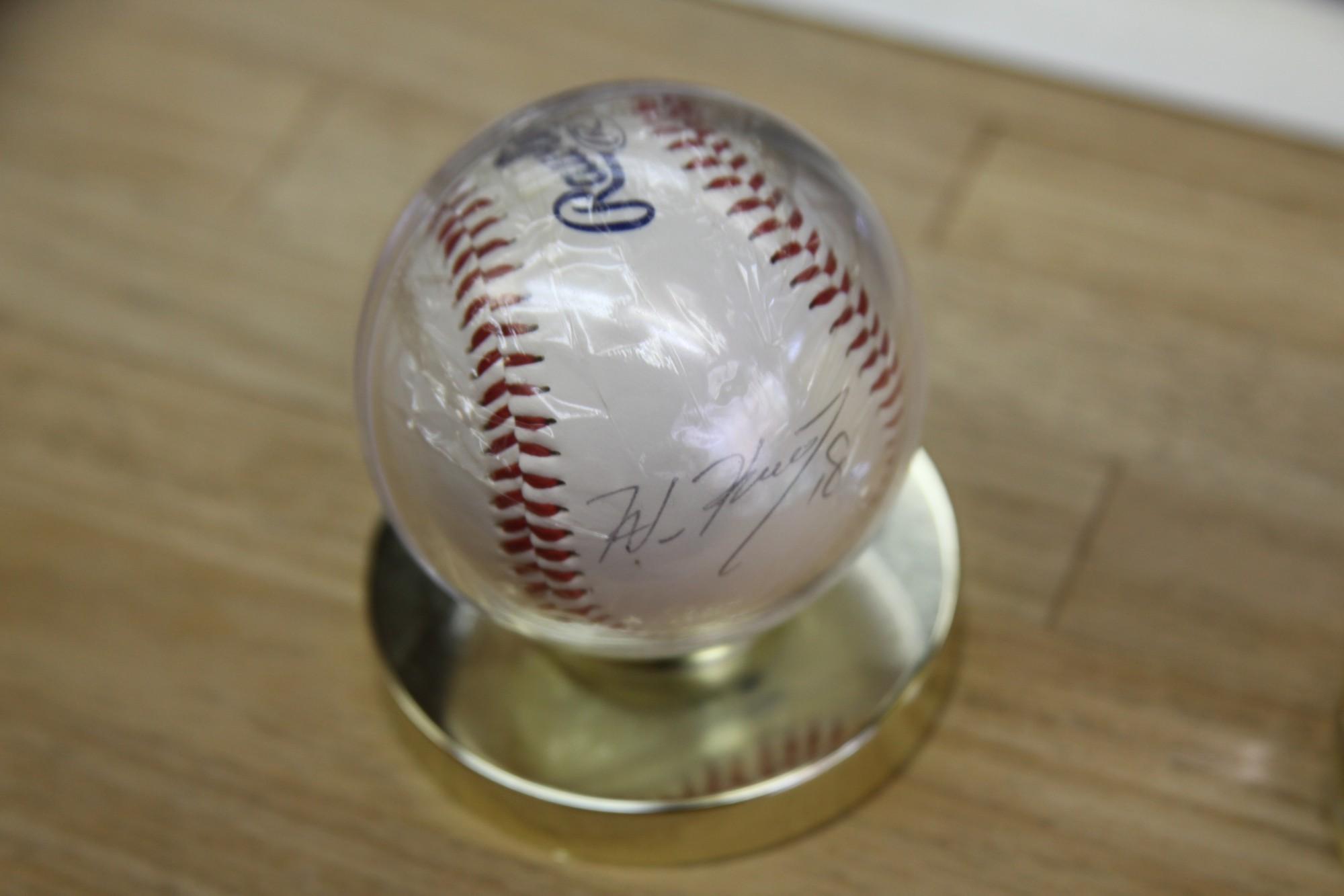 「黒田といえば…」とご主人が取り出したのは、ロサンゼルス・ドジャース時代の黒田博樹選手のサインボール。お店を訪れた広島ファンのお客さんからプレゼントされたもの。