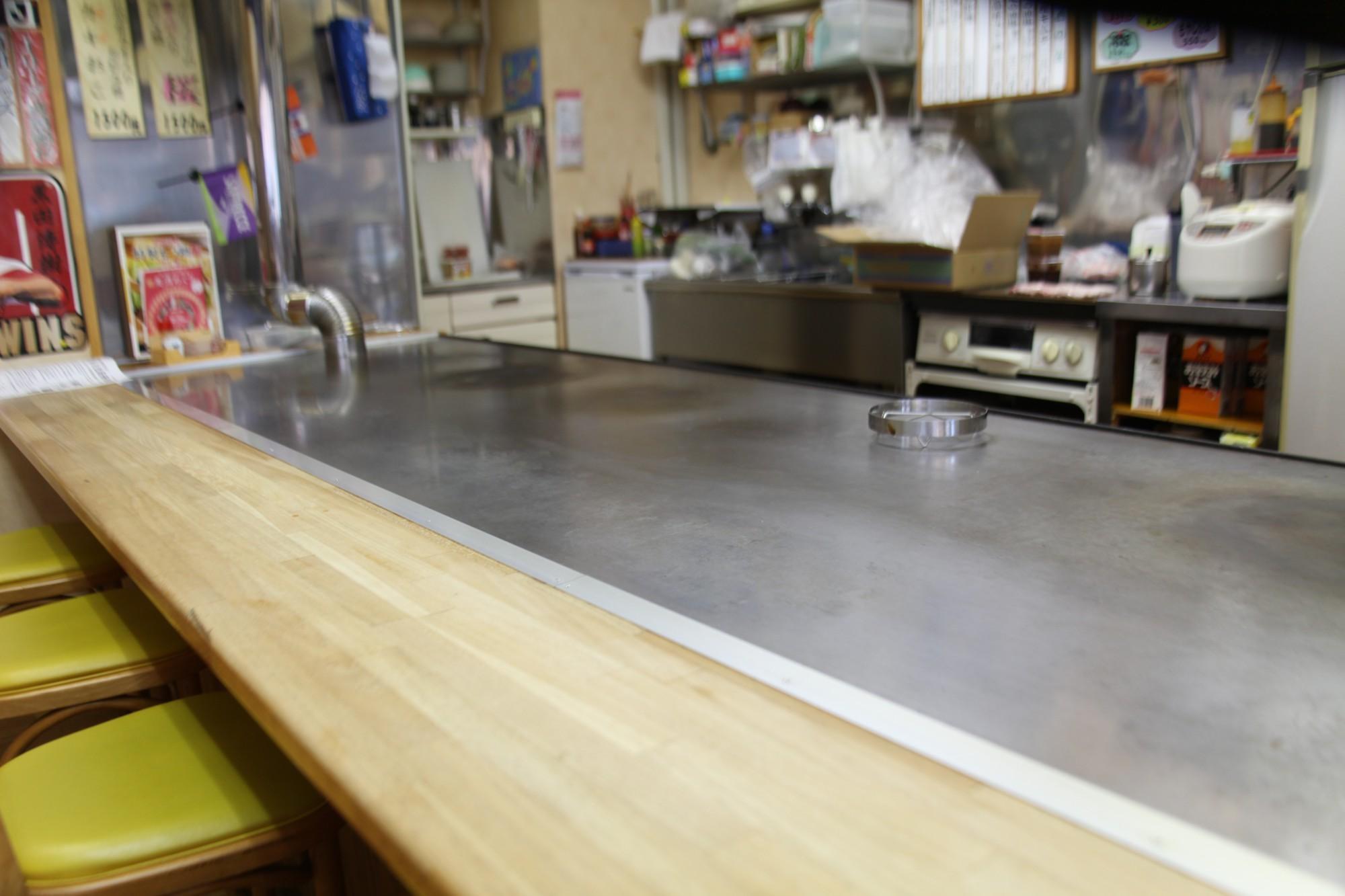 鉄板は、長岡で勤めていた会社の同僚が「お祝いに」と送ってくれた特注品。広島でも珍しいという、継ぎ目のない一枚モノだ。