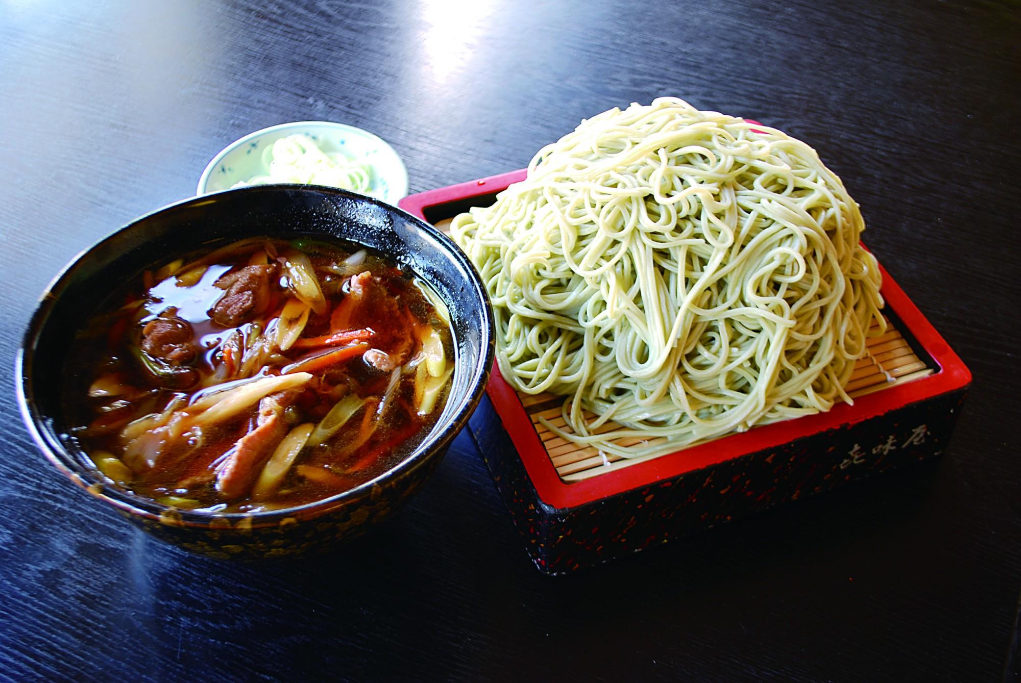右は普通盛り、左は大盛りのかもせいろ。大盛りは鴨汁も丼がサイズアップ。