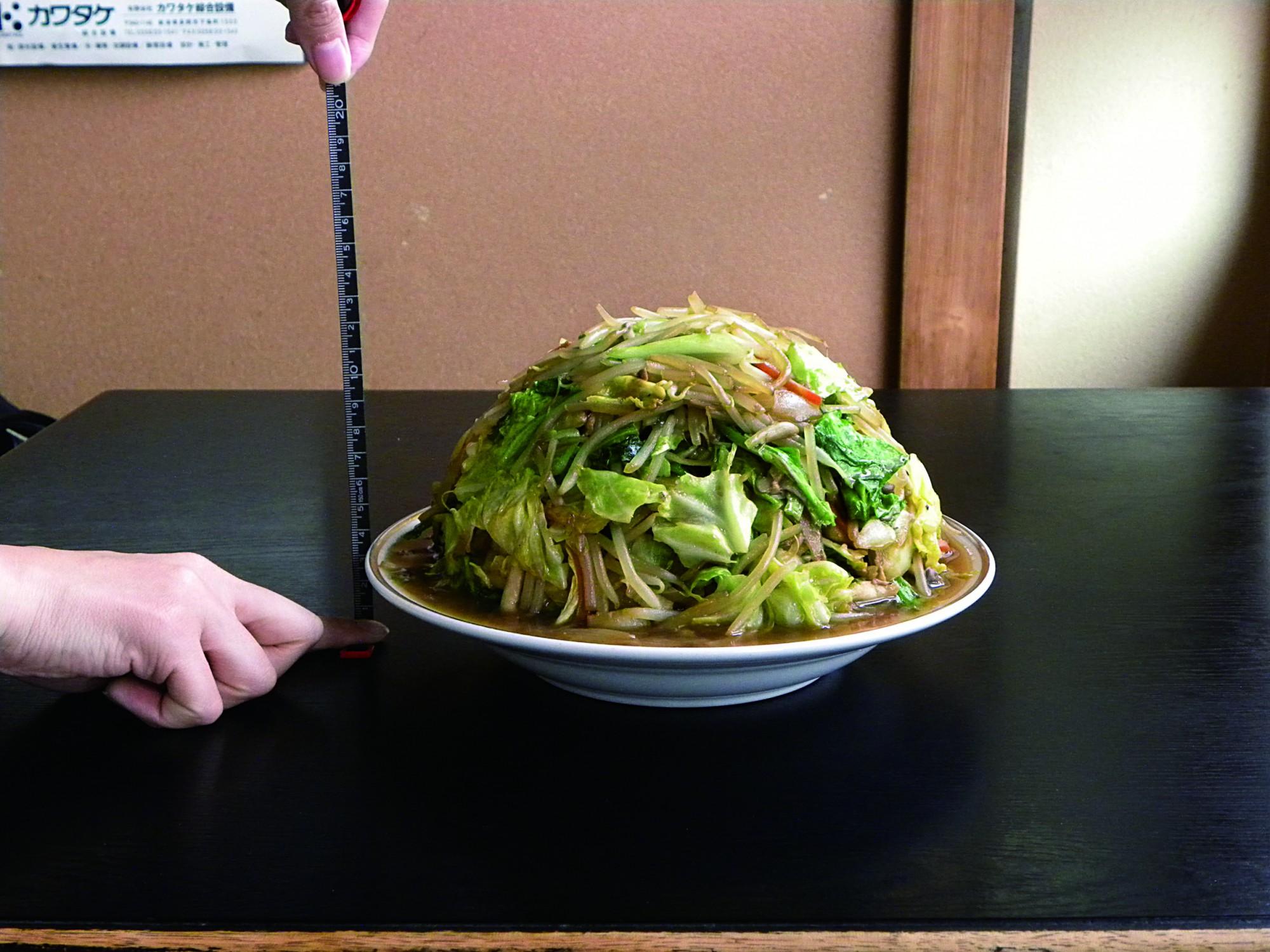野菜炒めの高さを計測してみたところ、高さは約13センチ。