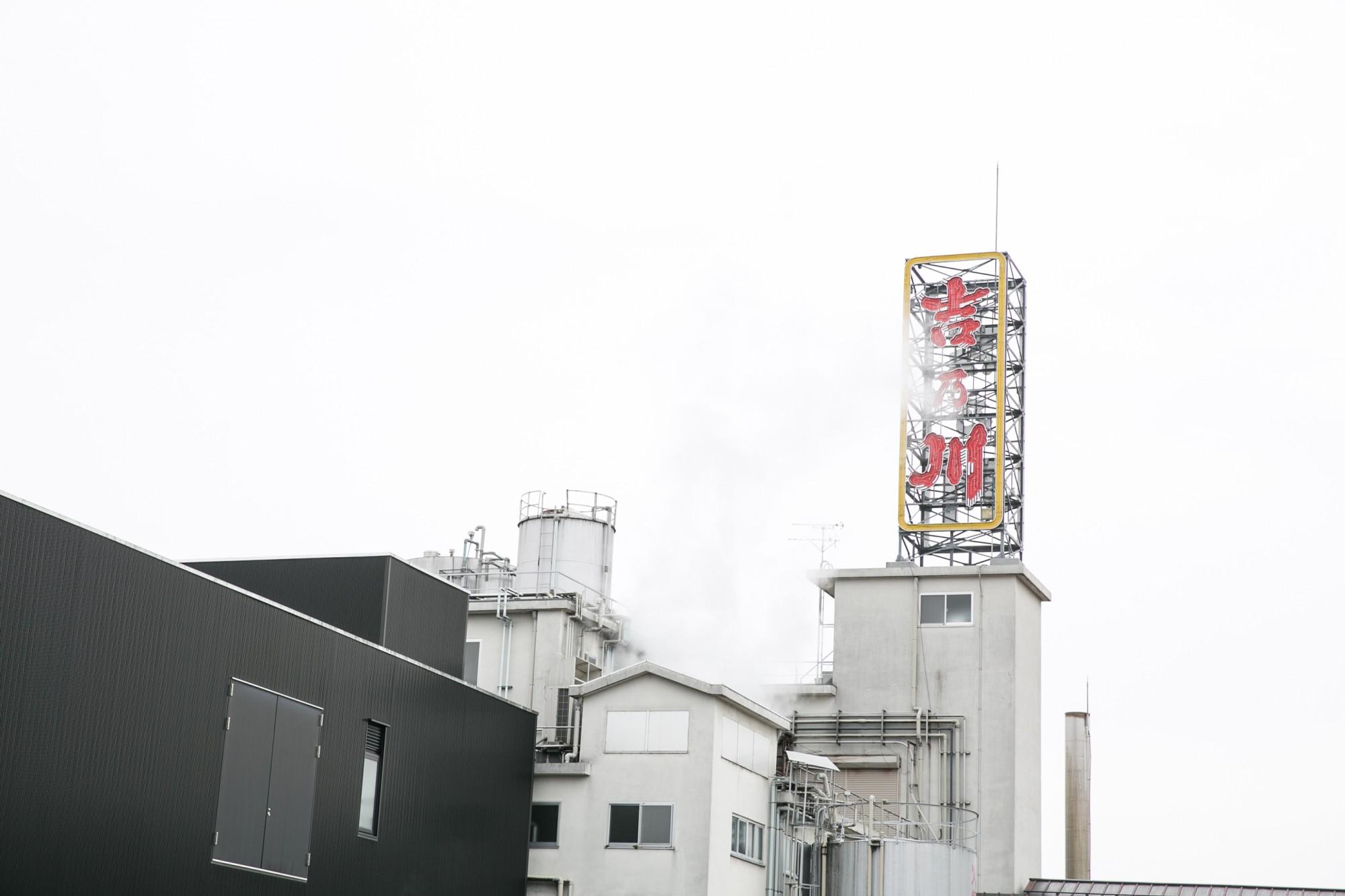 夜はネオンが灯るサインが目印。工場から醸造の蒸気がもくもくと上がっています。