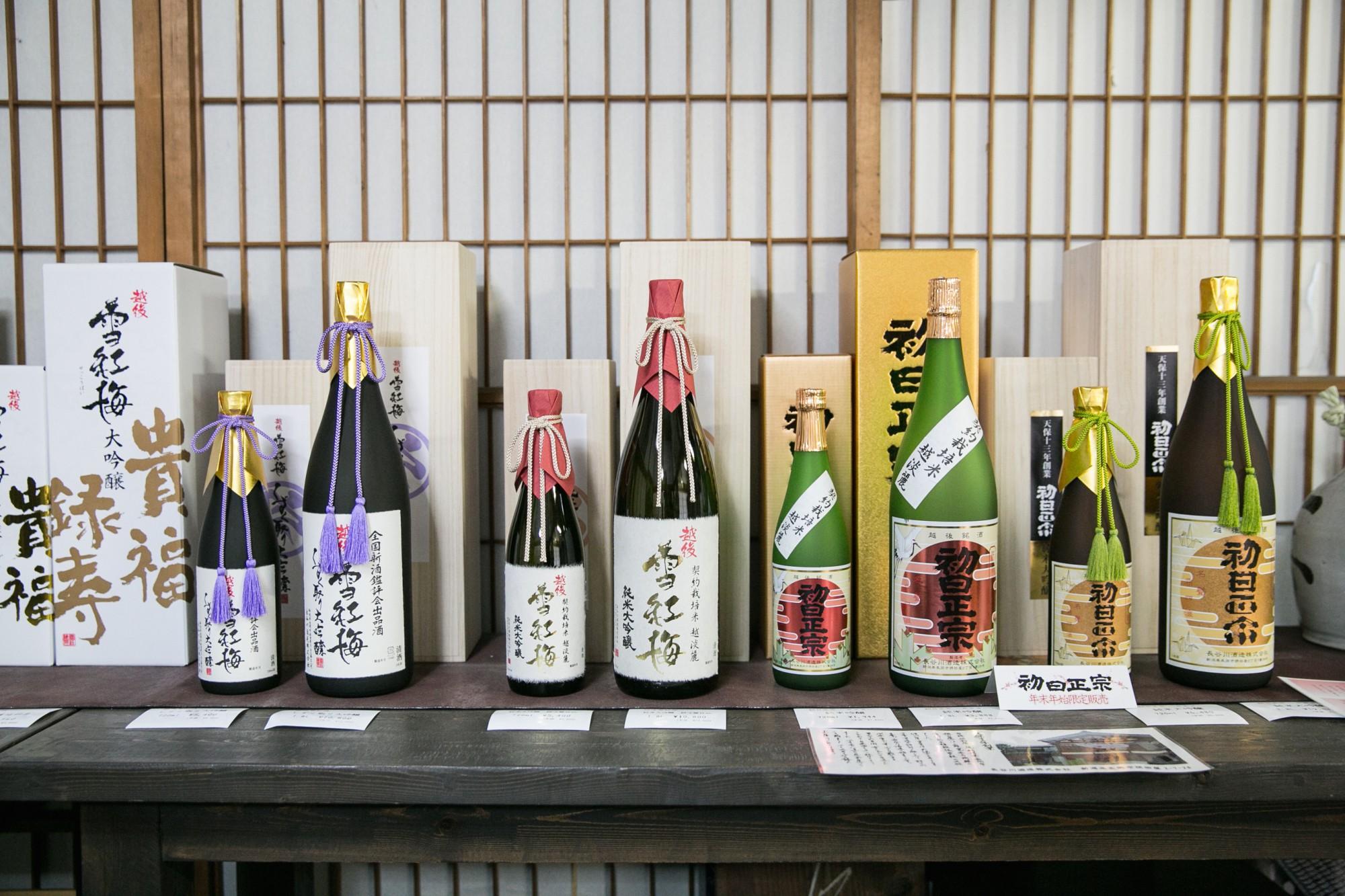 看板ブランド「雪紅梅」と年末年始に限定販売される「初日正宗」。「雪紅梅」のラベルの文字は作曲家・遠藤実が書いたもの。