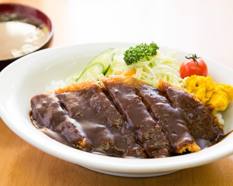 創業以来人気の、長岡のソウルフード「洋風カツ丼」。スープ付きで800円。
