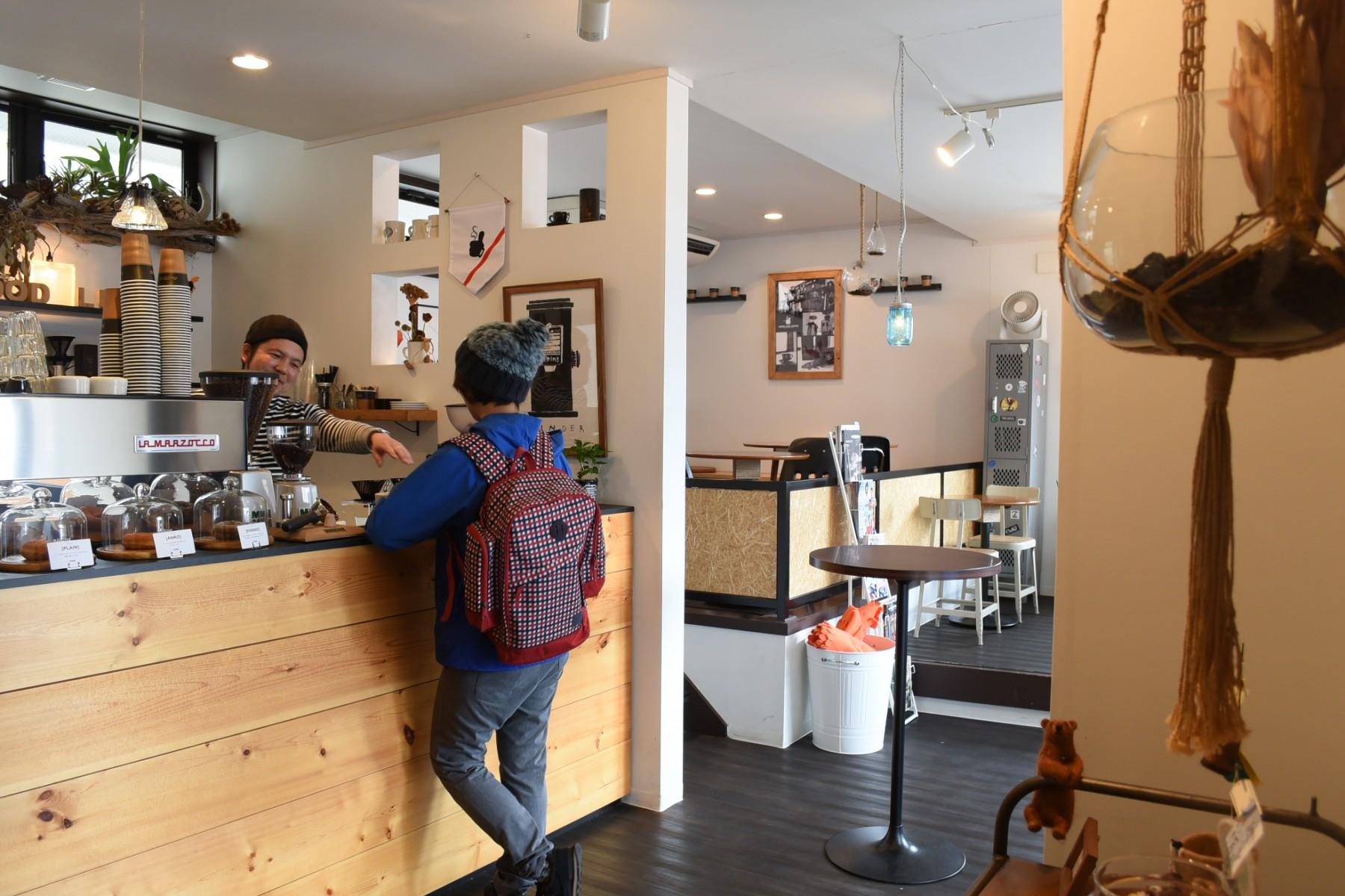 日本中を旅してきたという20代の女性が来店。青柳店主とカフェ談義に花が咲く。