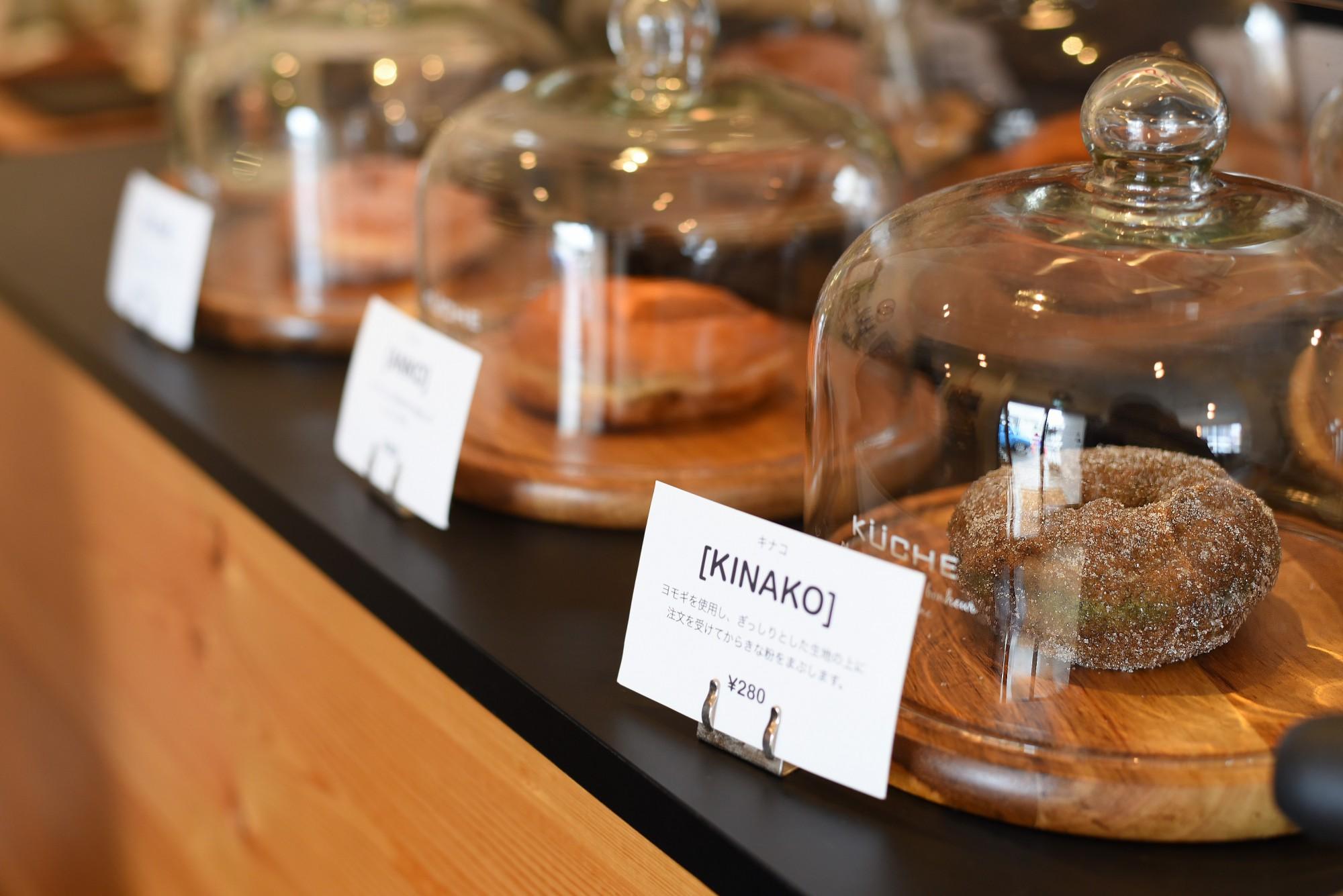 長岡市の人気パン屋「ブレッドアース」のドーナツ。ケーキは「パティスリーカフェVIGO」のもの。