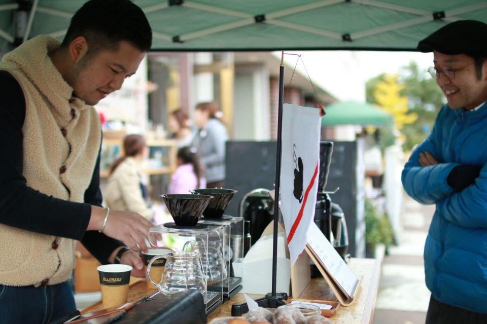 新潟市のカフェ「THE COFFEE TABLE」本間さんとの2ショット。コーヒー仲間として交流が深い。