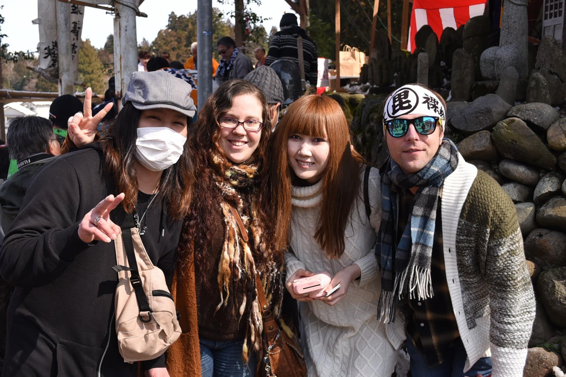 アメリカ出身女性と日本人の旦那さん。お友達と一緒に4人で参加。