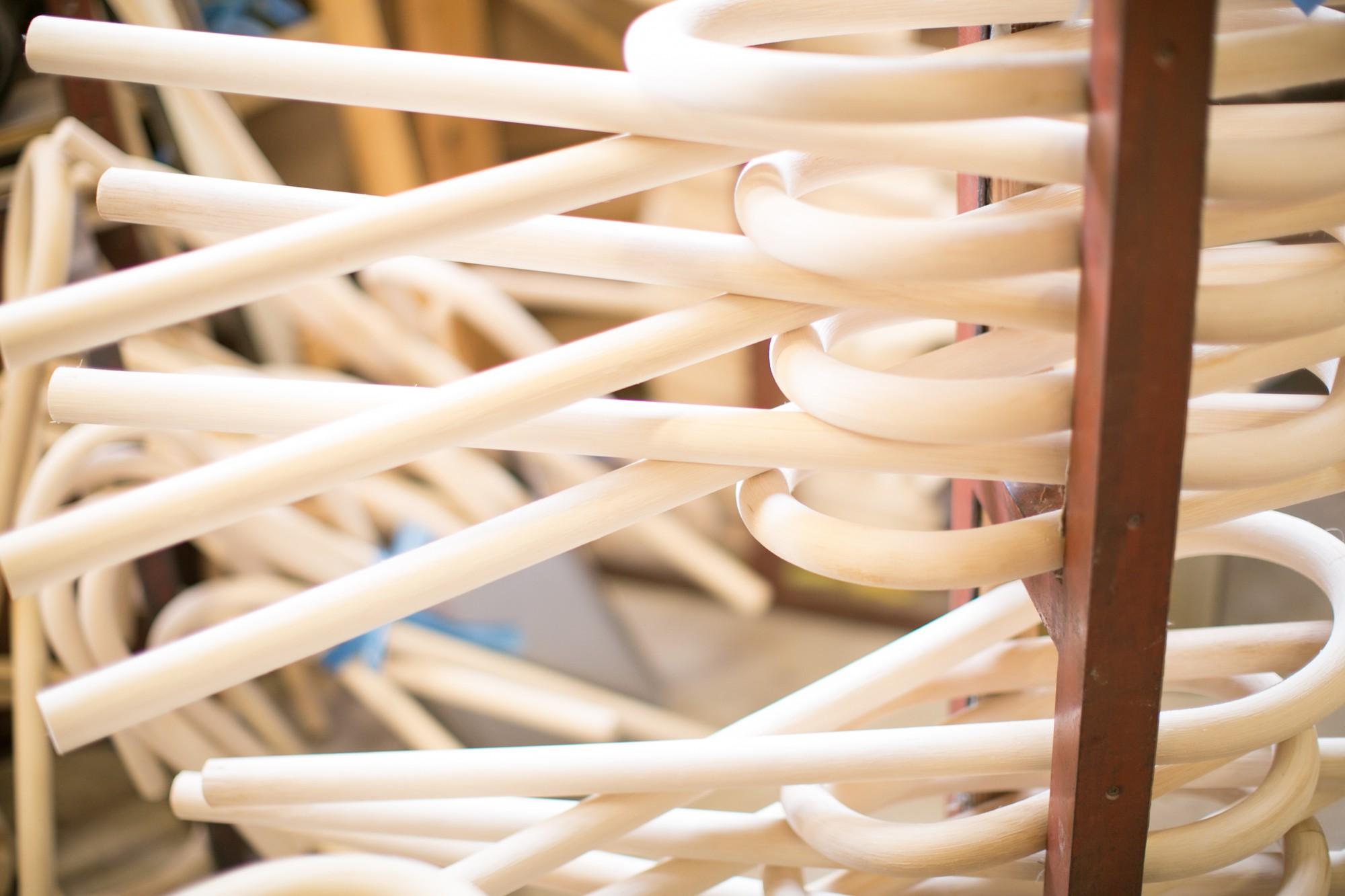 ヤシに似た籐の表皮はゴツゴツして棘があり、それを剥いてきれいにした中身が家具の材料になります。