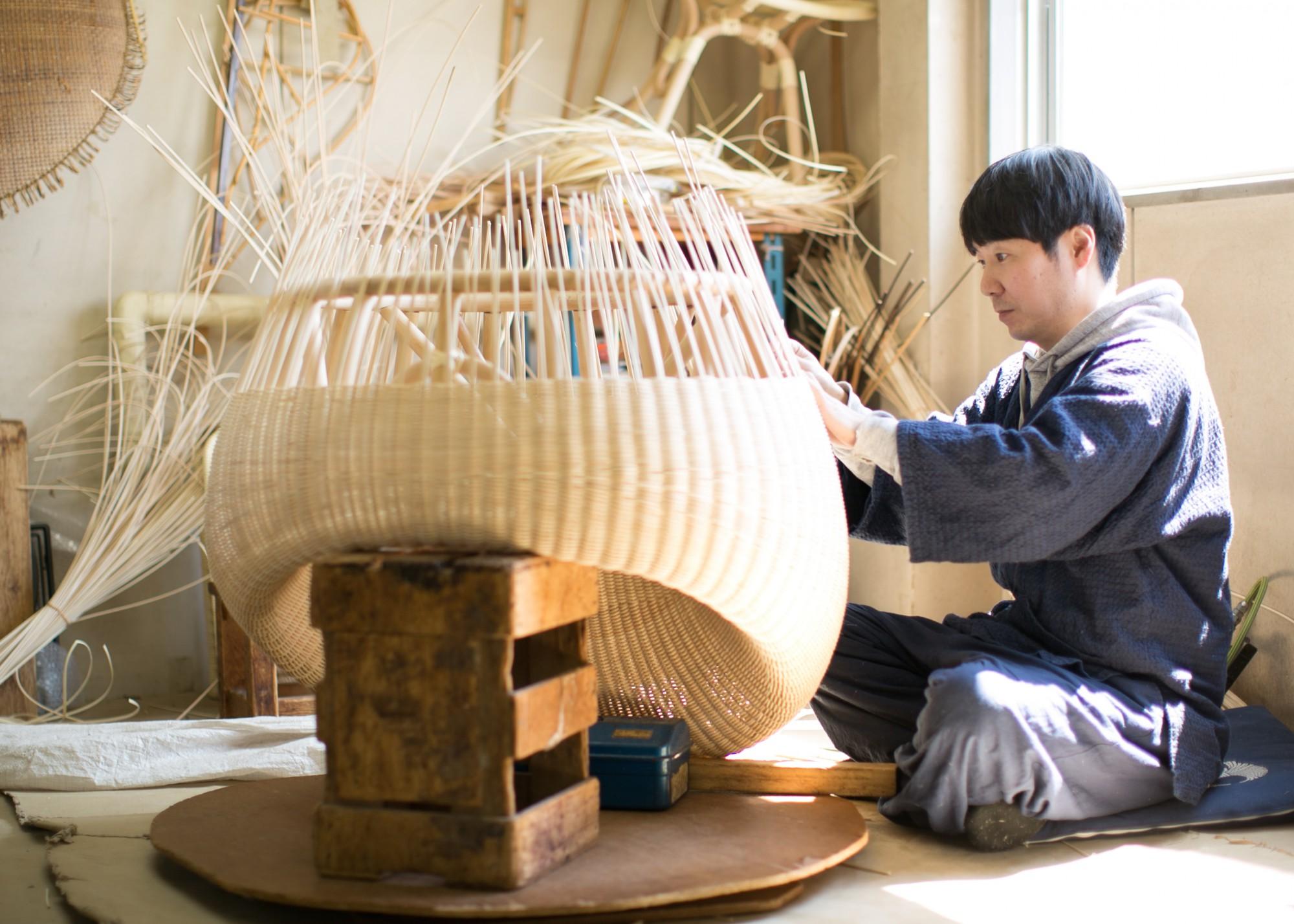 春の日差しが降り注ぐ工房で、黙々と手仕事に勤しむ和田歩さん。経験に裏打ちされた勘と日々研鑽中の技術でこのフォルムが出来上がっていきます。