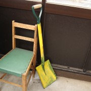 長岡造形大学前のバス停には、黄色く塗られたスコップと椅子がひとつ。