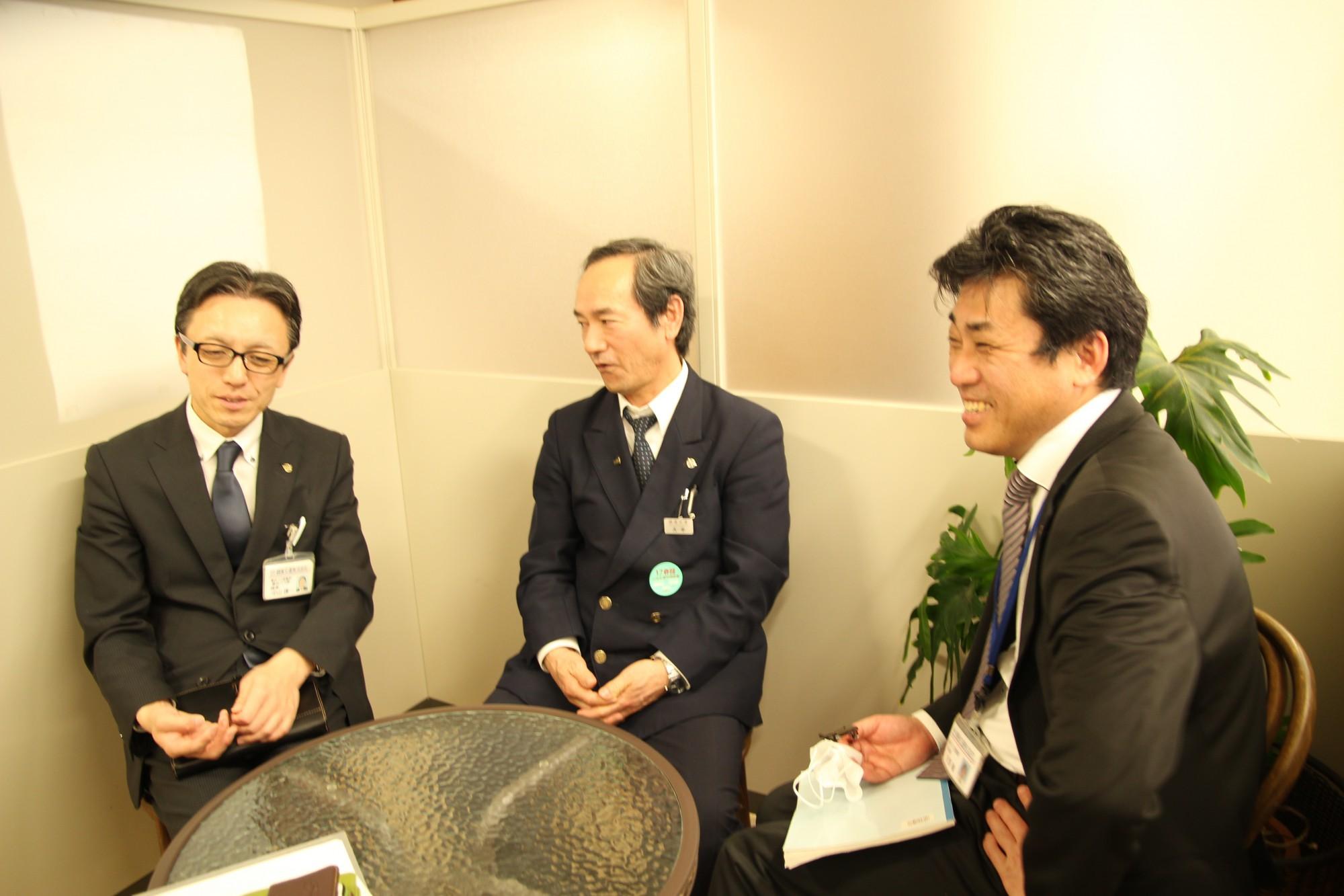 出迎えてくれた3人。左から越後交通乗合バス課の中山さん、運転手の大平さん、営業部の天野さん。