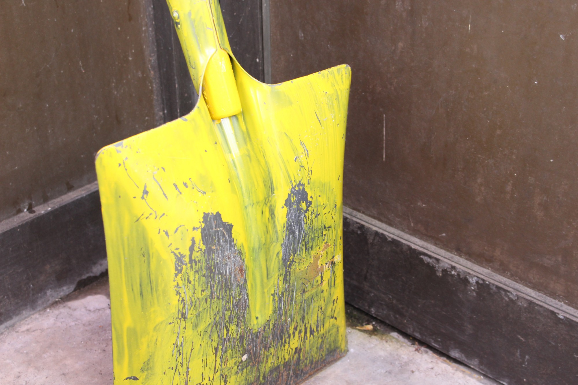 手作業で塗られた黄色いスコップは、塗装が落ちてくると越後交通の皆さんで塗り直すそうです。