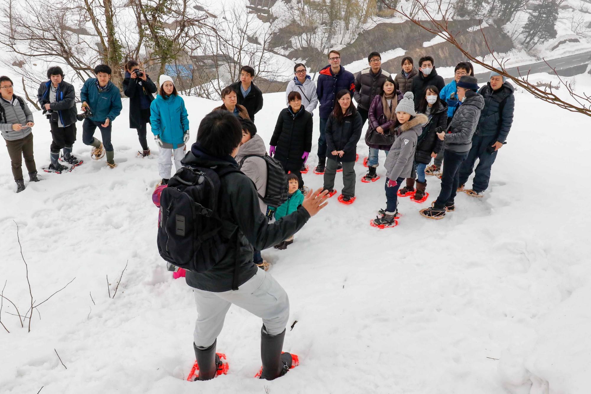雪道は危険もたくさん。夢中になって雪庇(せっぴ)を踏み抜いたりしないよう、レクチャーが行われました。