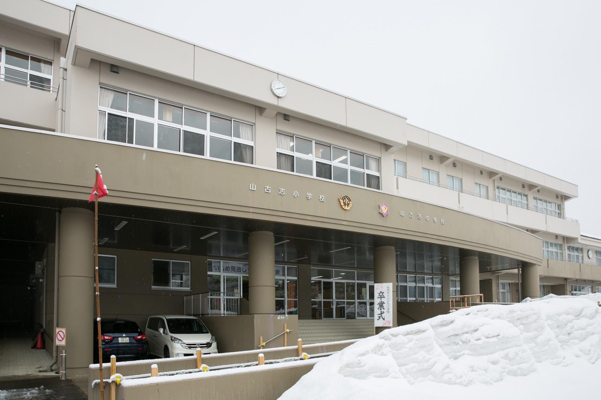 ゆったりと開放的な校舎内に小学校と中学校が仲良く共存し、アットホームな雰囲気。