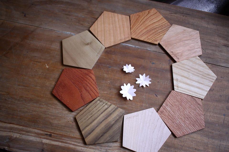 9種類の材から作られているコースター。香りや肌触り、木目、色などそれぞれ違い、集めたくなります。
