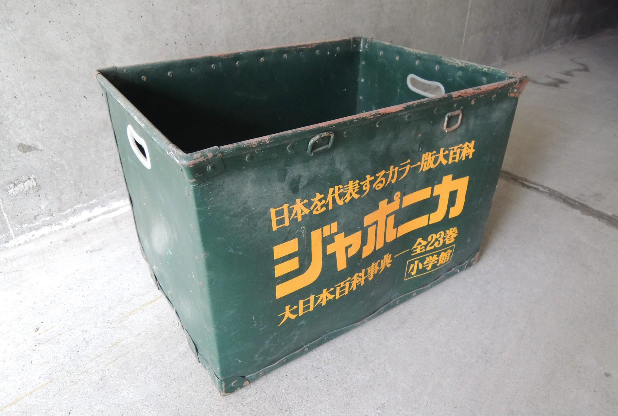 ファイバーで作られた昔のボックス。本屋さんがオートバイの後ろに積んで配達したりしてましたね。写真提供:安達紙器工業