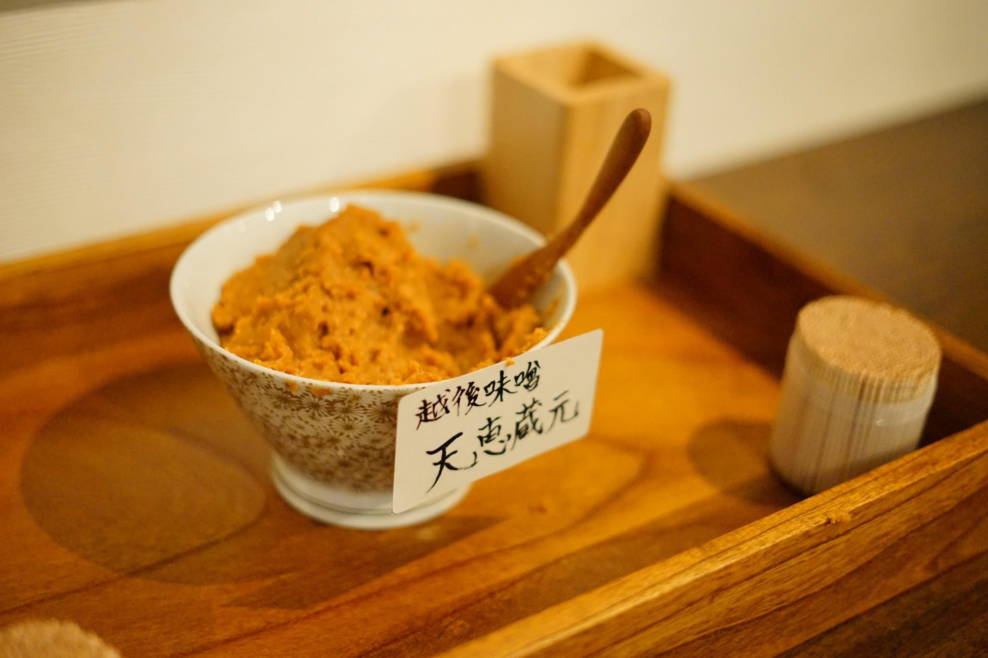 長岡市内の醸造の町・摂田屋にある「星野本店」の越後味噌「越の天恵」をつまみに。なんという贅沢。