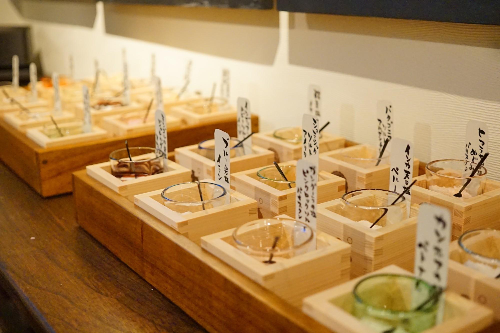 長岡の「与板越乃塩」、村上の「笹川流れの塩 笹の雫」、佐渡の「おけさ花塩」など県内産が12種類、県外産12種類、外国産12種類。バラエティに富んだ塩が計36種類! 味噌と塩は、なんと無料で味わえます。