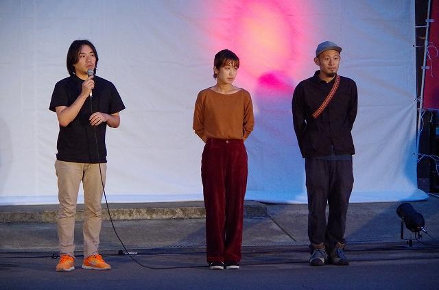 左からプロデューサーの井野さん、監督の印藤麻記さん、夫で撮影を担当した印藤正人さん