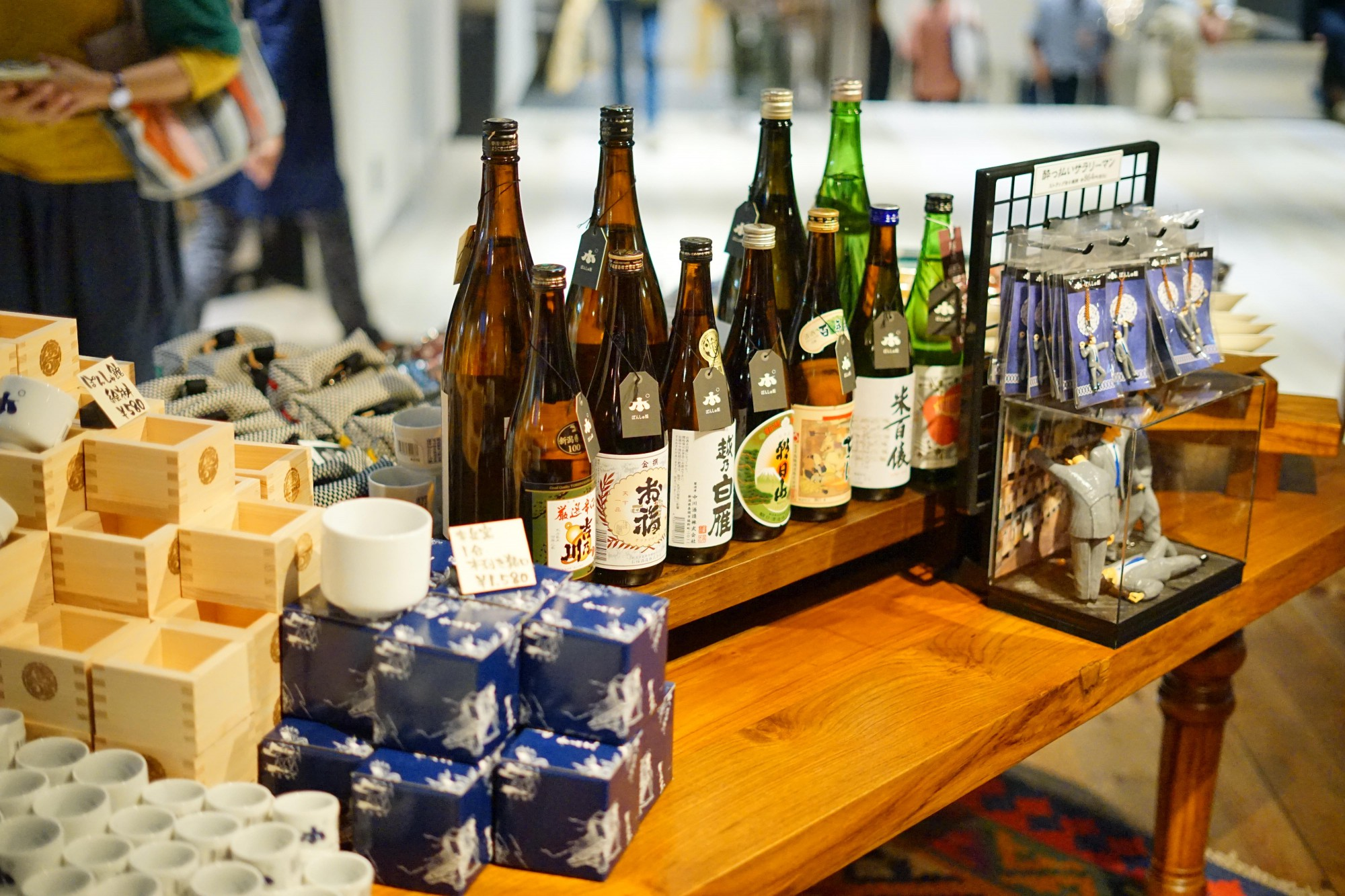 """「唎酒番所」のおちょこもここに。湯沢店で話題の""""酔っ払いサラリーマン""""のストラップも。"""